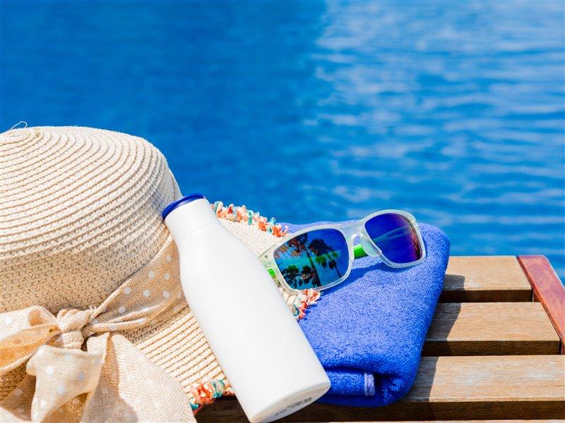 Plaj havlusu-güneş kremi-gözlük kombinasyonları