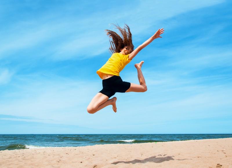 Havaya zıplayan gençler